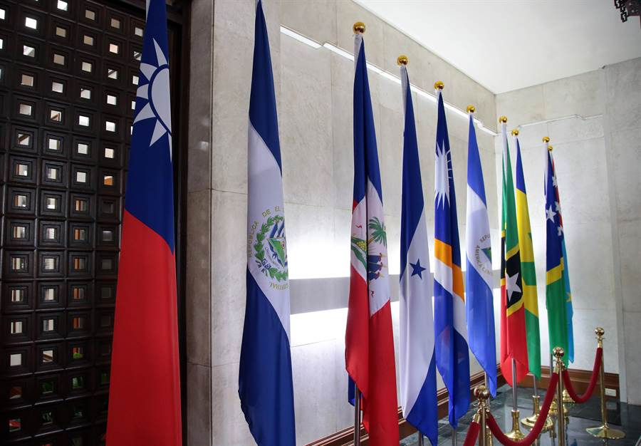 薩爾瓦多是蔡政府上任以來第5個斷交的國家,斷交後目前剩17個邦交國。圖左2為尚未宣布斷交前,外交部內所擺放的薩爾瓦多國旗。(圖/中時陳信翰攝)