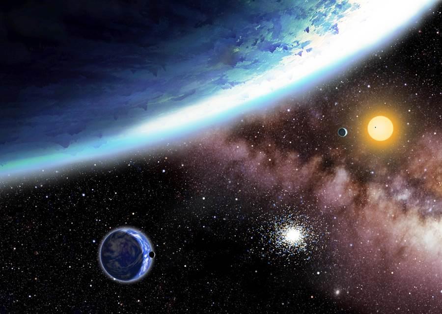 圖中是藝術家繪製的兩個類地行星kepler-62e與62f的概念圖,較大行星被冰所覆蓋,而較下面的行星比較溫暖,科學家認為它可能是一個水世界。(圖/美聯社)
