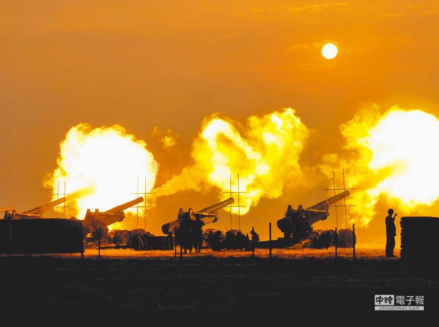 八二三戰役期間,美軍曾經援助我方8吋榴彈炮,有效遏阻共軍炮火。圖為火炮齊轟畫面,極具震撼力。(李金生攝)