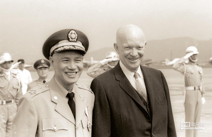 圖為1960年美國艾森豪總統訪華。他與蔣中正總統數度會談。(中央社)