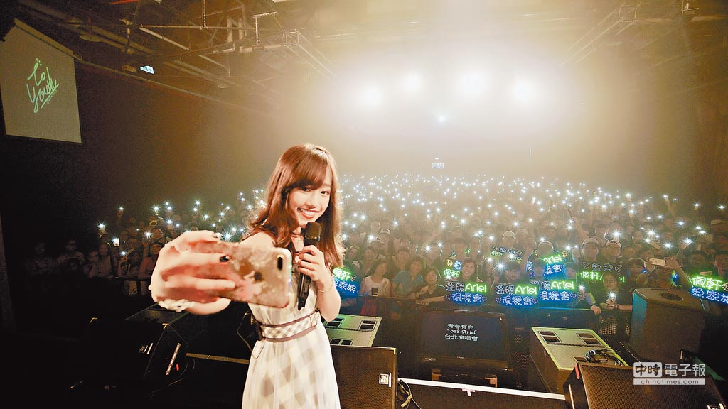蔡佩軒日前在台北華山Legacy舉辦「青春有你」演唱會,開心與粉絲自拍。