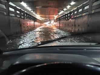 台中瞬間大雨太原地下道積水 汽車險誤闖