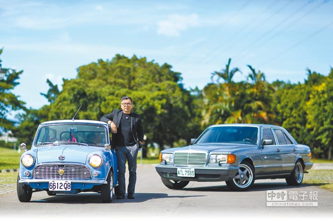 比漾廣場董事總經理周寶文喜歡車,尤其是老車,左為老MINI,右為老賓士。(鄧博仁攝)