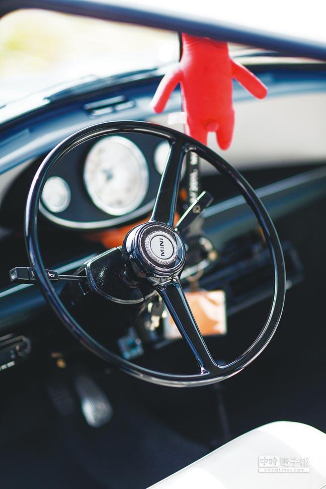 老MINI的方向盤有著古典美感。(鄧博仁攝)