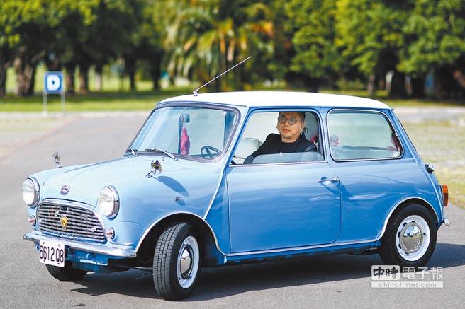 寶哥的MINI是1989年老車,不但盡力保持原汁原味,而且他在車上只聽英國歌手Damien Rice、James Blunt的曲子。(鄧博仁攝)