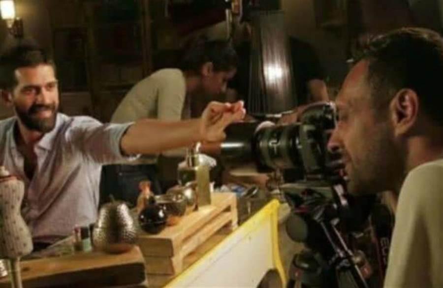 華為Nova 3手機宣傳影片女主角分享的片場幕後花絮,曝光原來手機實拍照片是利用數位單眼所拍。(圖/翻攝Android Police)
