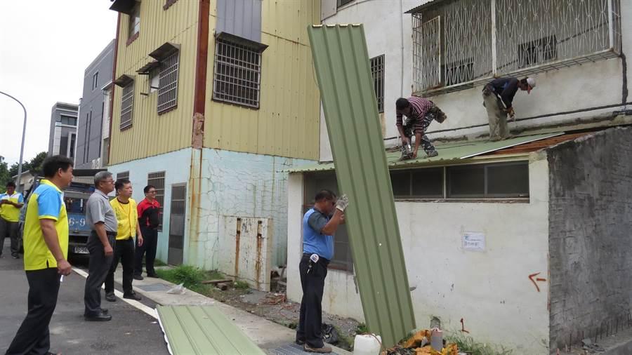 北斗警分局號召警察志工與慈善團體幫低收的婦人修繕破損的廚房屋頂,善行義舉被譽為「凡間灶神」。(鐘武達攝)
