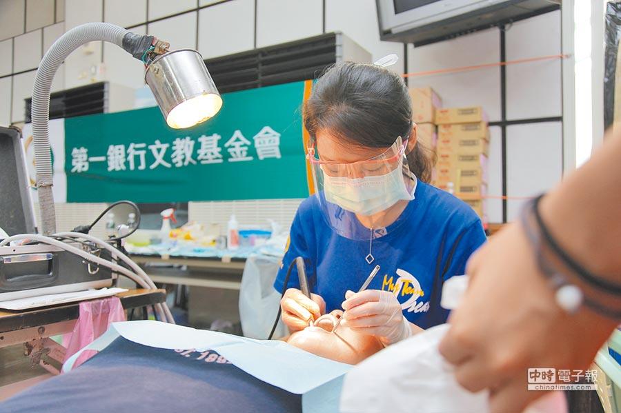 第一銀行文教基金會攜手北醫舉辦義診活動,提供專業醫療服務為當地居民減輕病痛。圖/第一銀行提供