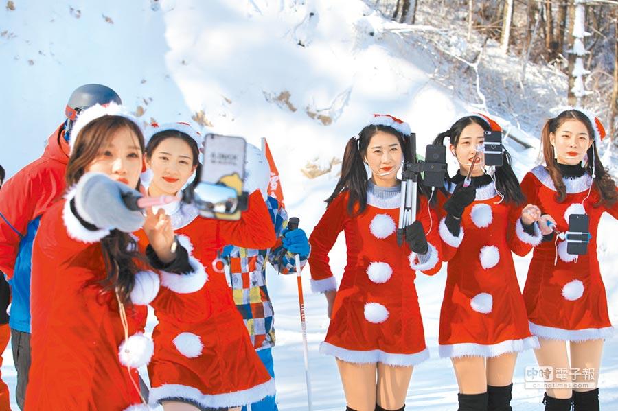 河南洛陽美女主播身著聖誕裝,不畏嚴寒直播。(CFP)