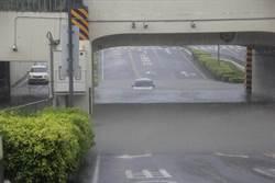 又推給強降雨?台南多處淹水、車輛受困 網諷「真是治水有功」