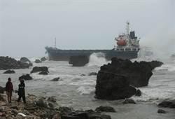 大雨湧浪 5艘油貨輪船擱淺高雄外海 66人待救