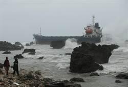 低氣壓強風襲擊高雄港 5艘船隻擱淺救援應變