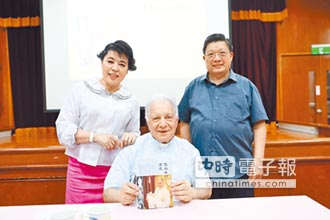 簡文秀高唱《奇異恩典》 感謝王秉鈞神父