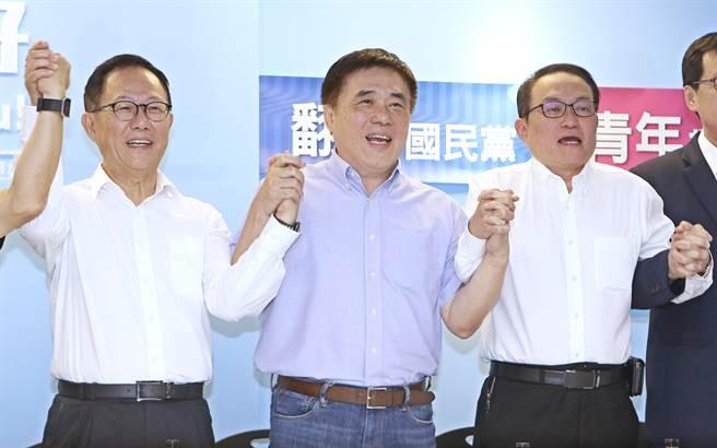 國民黨副主席郝龍斌(中)極力搓和下前副市長邱文祥(左)加入丁守中(右)陣營。(張鎧乙攝)