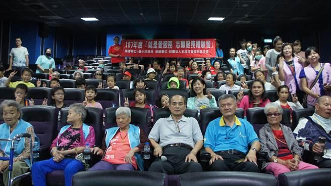 台中市萬代福影城董事長黃炳熙(中)不只經營電影院,也以電影發揮行善的「影」響力。(盧金足攝)