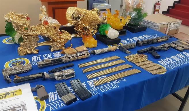 關務署台北關與航警刑事大隊16日在遠雄快遞貨物進口專區查獲2把美制式突擊步槍,警方研判嫌犯可能想趕在年底選舉前使用。(陳麒全攝)