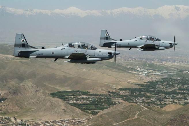 美國空軍對輕攻擊機計畫表現的很消極,但已經有相當數量的A-29大嘴鳥攻擊機在反恐戰場上,阿富汗空軍就在美軍的指導下對A-29的操作逐漸熟悉。(圖/星條旗報)