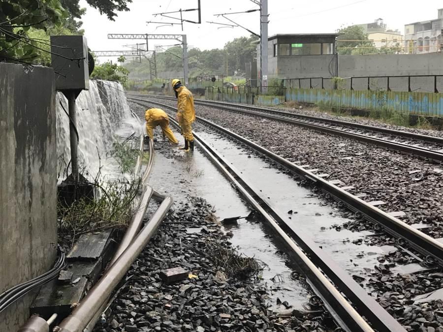 台鐵局鳳山站水淹鐵軌,雙向不通。台鐵局提供