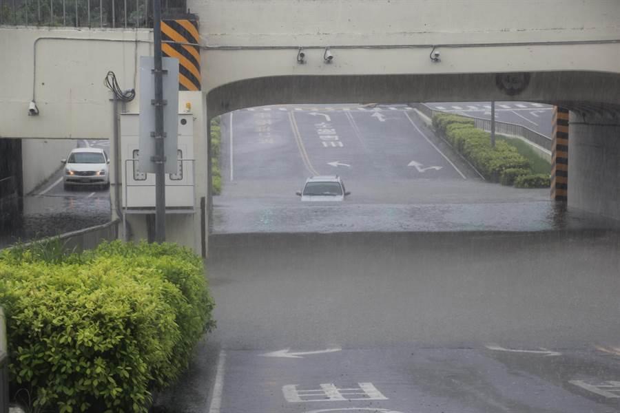 小東地下道積水過深,一部小汽車受困水澤中。(程炳璋攝)