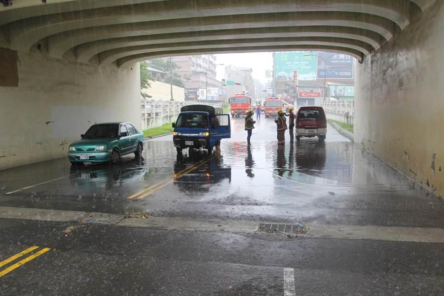 東區民族路四維地下道一度積水及腰,3部疾駛過的車輛都因此熄火,受困在水中動彈不得。(程炳璋攝)