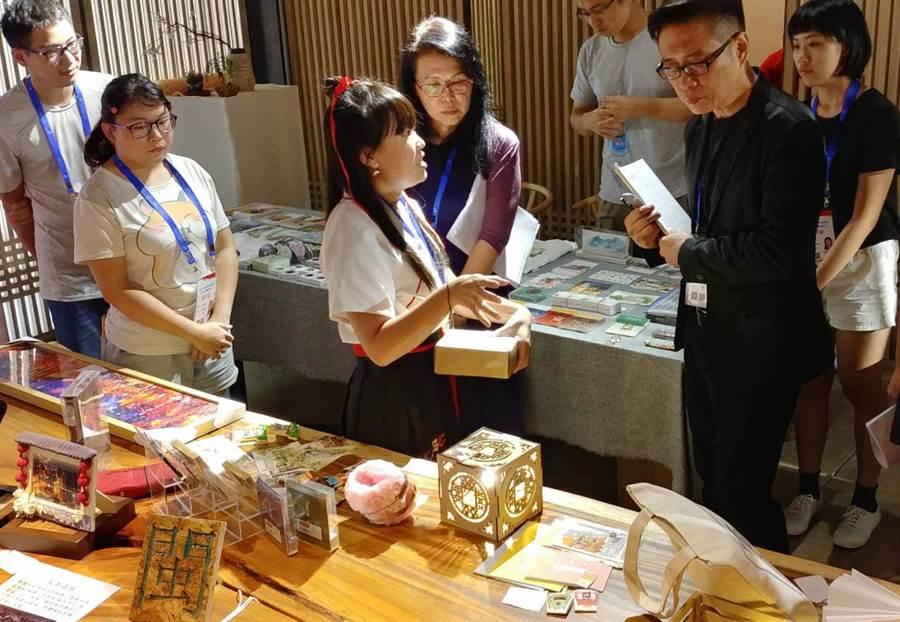 龍華科大文創系學生,參加第六屆海峽青年節文創商品設計大賽,向評審說明創作過程。(龍華科大提供)