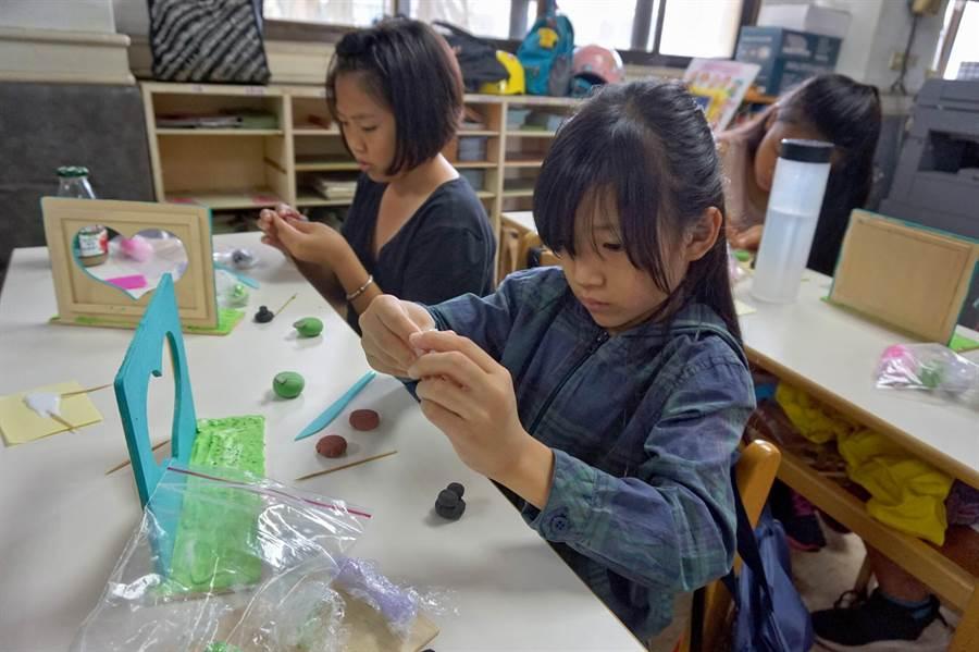 彰化家扶中心溫媽媽服務隊在暑假期間設計多元又充滿創意的DIY活動。(吳敏菁攝)