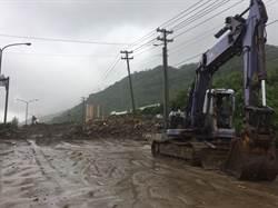 台26線竹坑段土石流礙交通 屏縣府拚在午夜前搶通