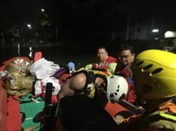 台南柳營水深災民困  警消議員「解餓」皮艇送物資