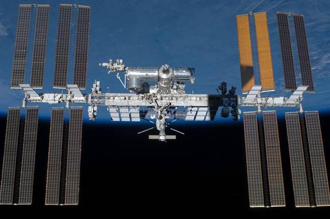 圖為美國太空總署提供的國際太空站照片,9月將由日本團隊首次進行太空電梯運行試驗。(圖/美聯社)