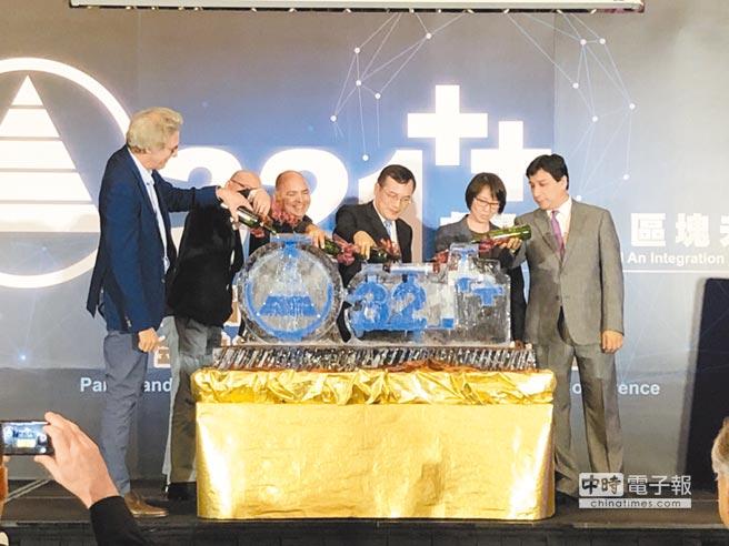 熊貓王國控股、Cuallix國際金融、丁丁幣聯手啟動加密貨幣合作儀式。圖/熊貓王國提供