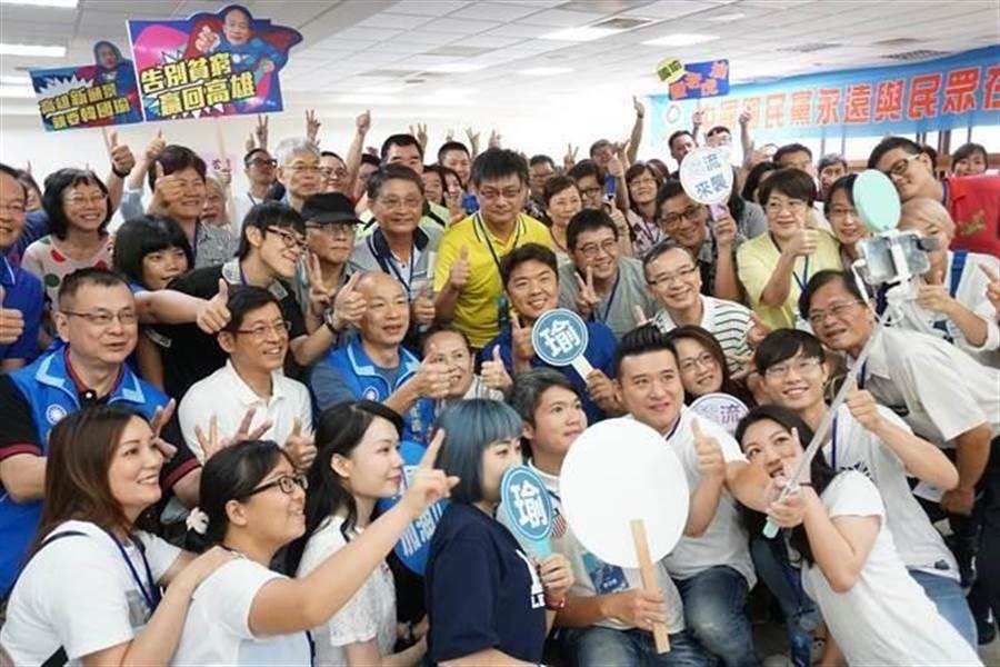 韓國瑜(中)5日成立「韓多路志工團」,與選民自拍合影。(本報系資料照片)