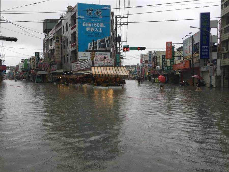 中南部豪雨成災,嘉義市區淹水情況嚴重,也造成部分超商已暫停營業。(翻攝臉書朴子民意觀察站)