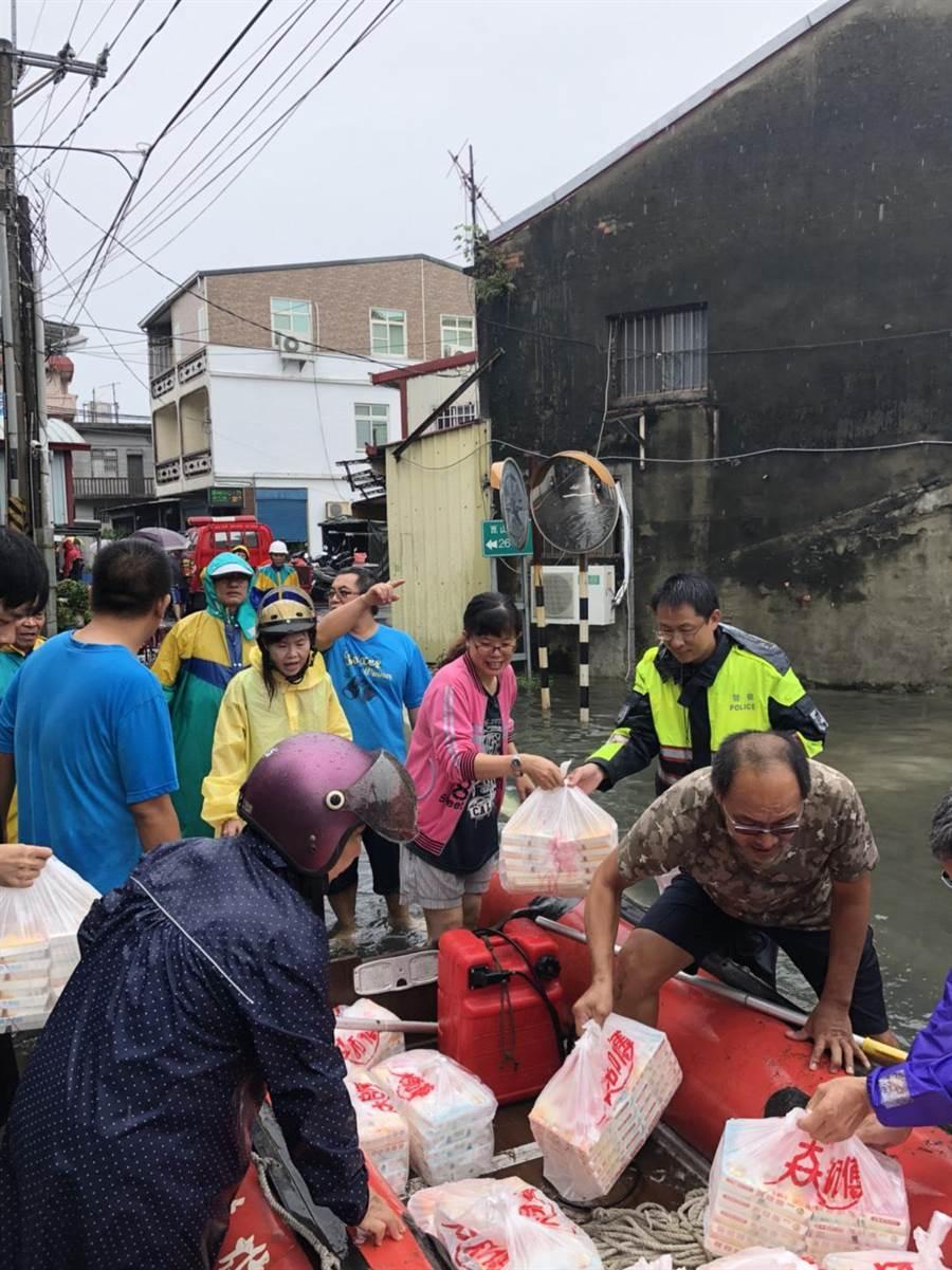 冈山区公所人员24日透过橡皮艇,送便当给灾民。(林瑞益翻摄)