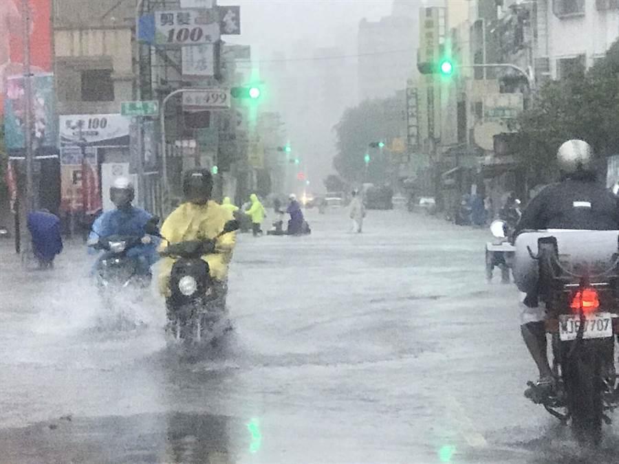 823高雄豪雨成災,提醒民眾先拍照留存財損證據,可申請相關補助或減免稅捐。(柯宗緯攝)