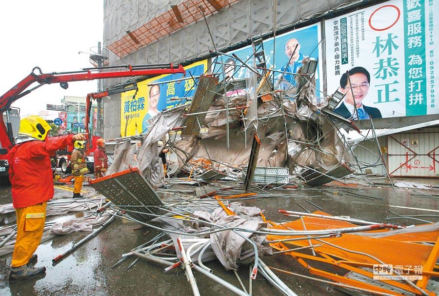 高雄市建國路、自立路口1棟大樓的12樓鷹架,23日因強風吹襲坍塌,壓住路過2輛機車共3個人,3人救出時都無生命跡象,最後只有戴姓女子被救活但尚未脫險。(王錦河攝)
