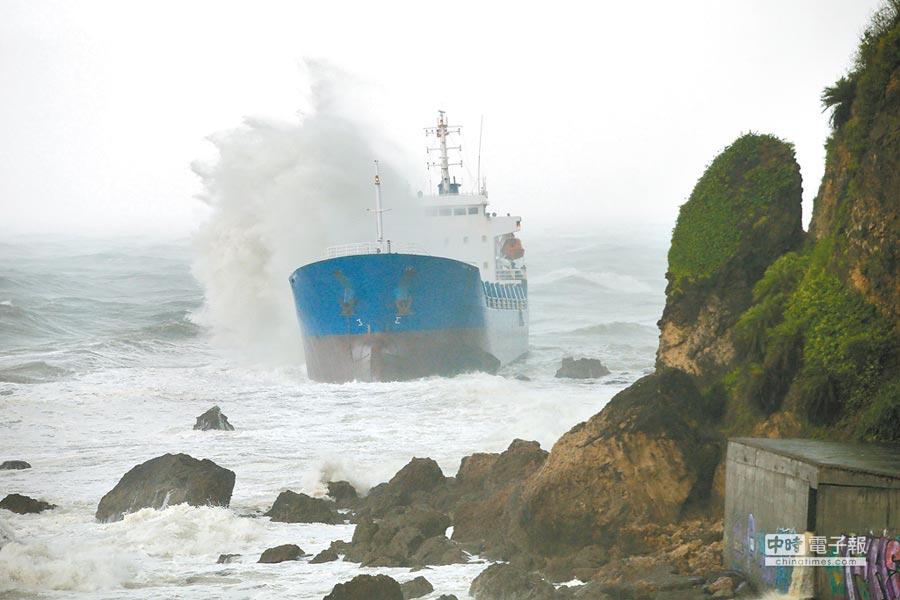 受熱帶性低氣壓影響,高雄23日暴雨成災,柴山和旗津外海共有5艘油、貨輪擱淺。圖為昌龍68號在柴山鬼洞外海擱淺。(王錦河攝)