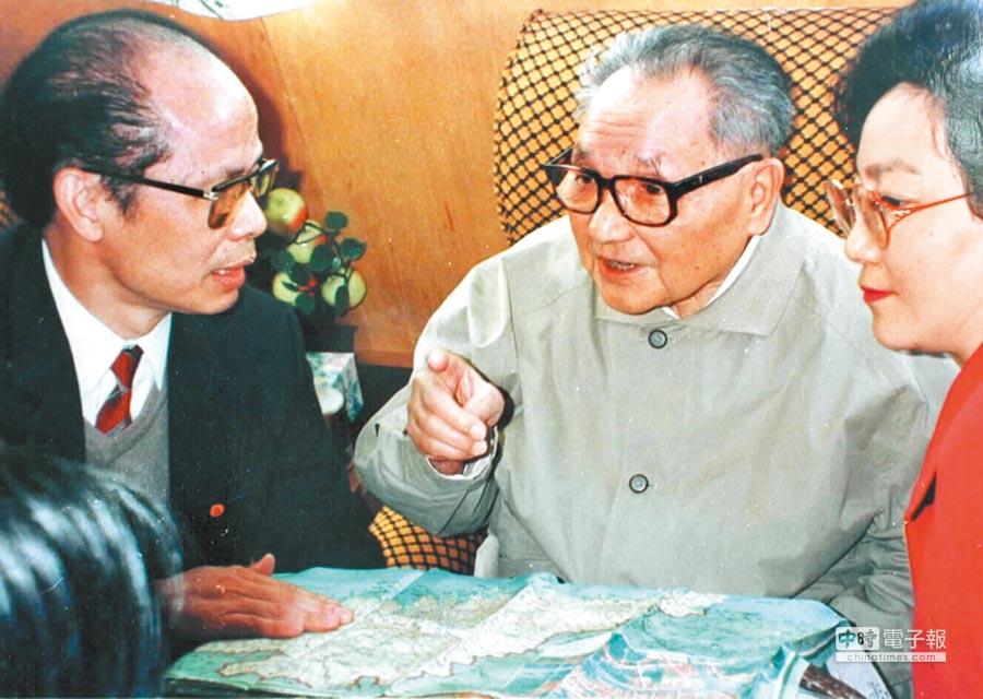 大陸領導人鄧小平(中)。(新華社資料照片)