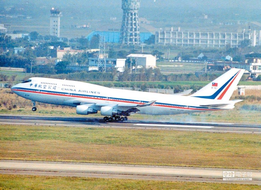 1991年2月,華航客機機尾掛著中華民國國旗,當時中共並未要求變更。(本報系資料照片)