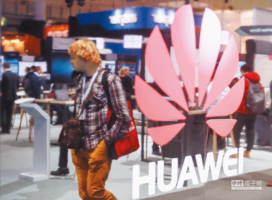 澳洲因安全疑慮,禁止華為和中興通訊參與該國5G移動網路建設。圖為一名參觀者經過德國漢諾威IT展上,華為公司展區。(新華社資料照片)