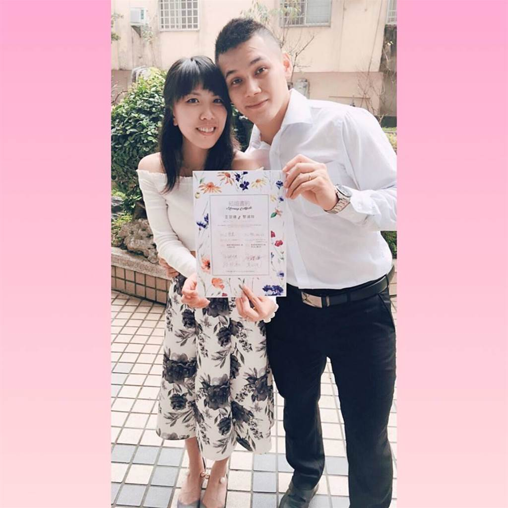 空手道國手王翌達今年3月與前香港國手黎淑玲結婚,這次亞運會王翌達奪銀後給了一個愛的擁抱。(黃柏瑜教練提供)