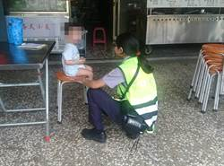 2歲童半夜走失街遊蕩 員警充當保姆安撫