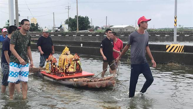 掌潭村民用膠筏搶救神像出淹水的村庄。(嘉義縣議員姜梅紅提供)