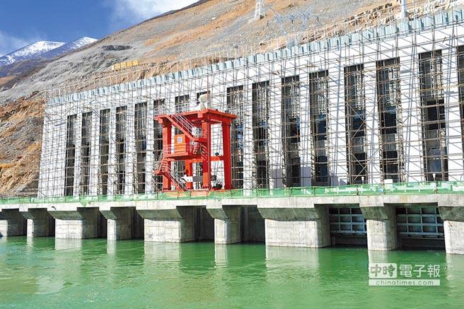 西藏旁多水利樞紐工程裝機室外景。(新華社資料照片)