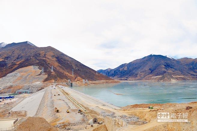 西藏旁多水利樞紐工程全景。(新華社資料照片)