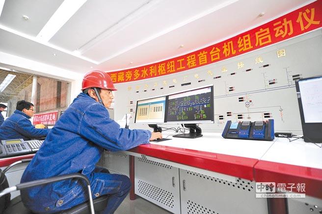 工作人員在中控室監測發電機組運行情況。(新華社資料照片)