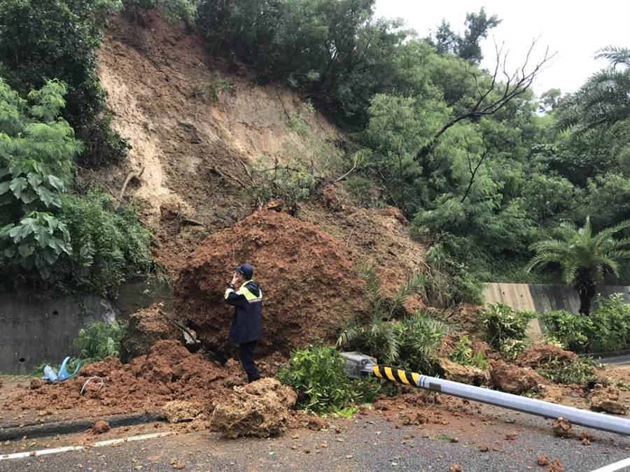 因連日豪雨造成土石鬆動,台26線南灣路段出現巨石崩落。(林和生攝)
