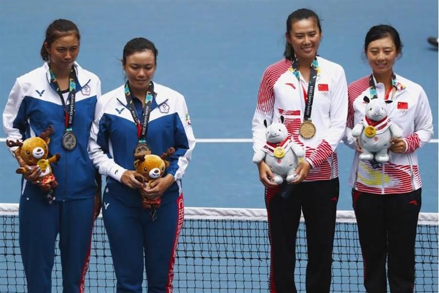 詹家姊妹(左)在金牌戰不敵中國大陸組合,獲得女雙銀牌。(路透)