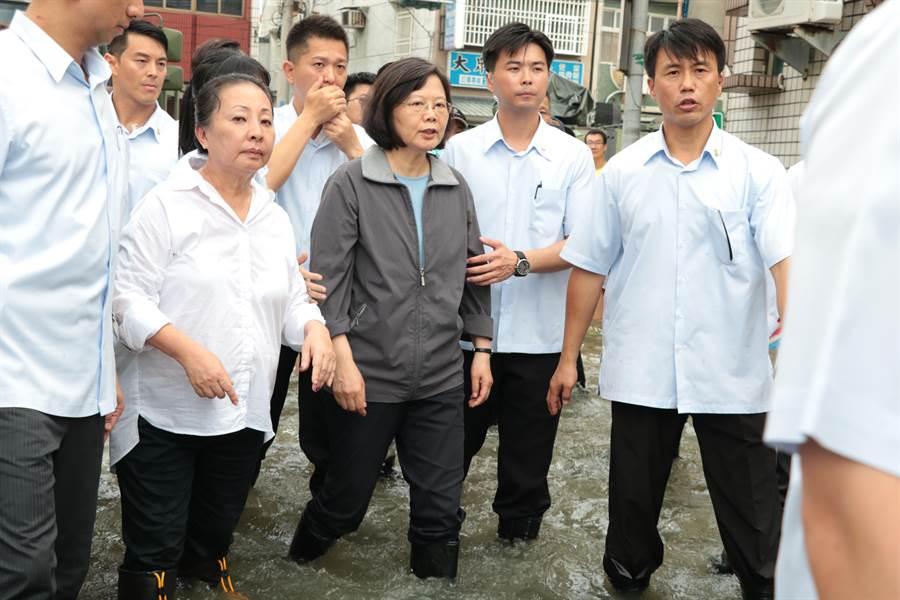 總統蔡英文在災民要求下,下車「撩水」勘災。(張亦惠攝)