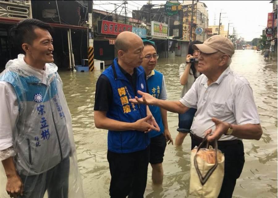 韓國瑜24日到岡山嘉興路探視淹水災情,並聆聽居民心聲。(資料照片,林雅惠攝)