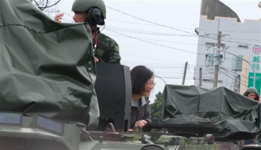 總統蔡英文搭雲豹裝甲車進入尚在淹水的布袋鎮永安里勘災。(圖/張亦惠攝)
